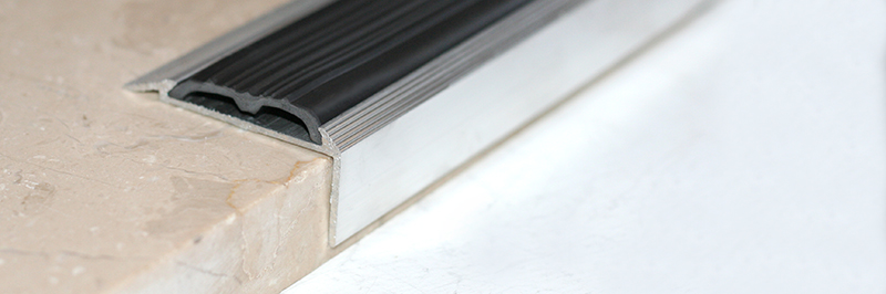Алюминиевые противоскользящие профили для ступеней