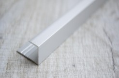 Алюминиевый П-образный профиль стартовый, торцевой, 10 мм, 135 см, анодированный, соребро